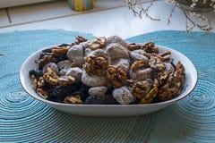 Droge fig.gedroogde pruimen en okkernoten in landschap wijd Royalty-vrije Stock Foto
