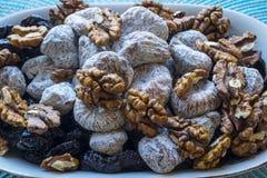 Droge fig.gedroogde pruimen en okkernoten in landschapsclose-up Stock Foto's