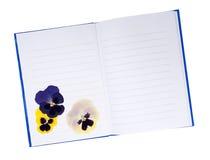 Droge gedrukte viooltjebloemen in notitieboekje - geheugen, de zomers voorbij Royalty-vrije Stock Foto's