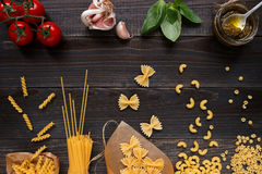 Droge gemengde deegwaren en groenten op de donkere houten mening van de lijstbovenkant Royalty-vrije Stock Afbeelding