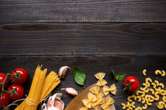 Droge gemengde deegwaren en groenten op de donkere houten mening van de lijstbovenkant, met exemplaarruimte Royalty-vrije Stock Foto