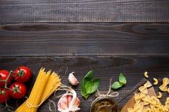 Droge gemengde deegwaren en groenten op de donkere houten mening van de lijstbovenkant, met exemplaarruimte Stock Fotografie