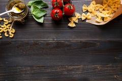 Droge gemengde deegwaren en groenten op de donkere houten mening van de lijstbovenkant, met exemplaarruimte Stock Foto