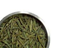 Droge groene thee op witte achtergrond Royalty-vrije Stock Afbeeldingen