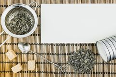Droge groene thee Voorwerpen voor thee Stock Afbeeldingen