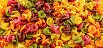 Droge Italiaanse deegwaren in vijf kleuren Stock Fotografie
