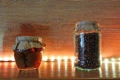 Droge korrels in duidelijke glaskruiken op een plank met verlichting stock foto's