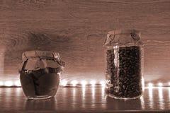 Droge korrels in duidelijke glaskruiken op een plank met verlichting royalty-vrije stock foto's