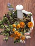 Droge kruiden en bloemen in wit mortier, herbalism, decoratie royalty-vrije stock foto