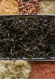 Droge kruiden, geneeskrachtig, bessen en zaden, bloemblaadjesclose-up royalty-vrije stock afbeeldingen