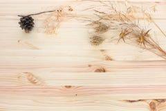 Droge kruiden houten achtergrond royalty-vrije stock afbeeldingen