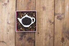 Droge kruiden voor thee, op een houten ronde plaat Vrije ruimte voor tekst de Vlakke exemplaarruimte, legt Royalty-vrije Stock Foto's