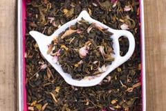 Droge kruiden voor thee, op een houten ronde plaat Vrije ruimte voor tekst de Vlakke exemplaarruimte, legt Stock Foto