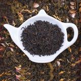 Droge kruiden voor thee, op een houten ronde plaat Vrije ruimte voor tex Stock Foto's
