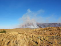 Droge land en brand in bergen Royalty-vrije Stock Fotografie