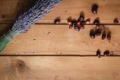 Droge lavendel en rozebottelbessen Stock Afbeeldingen