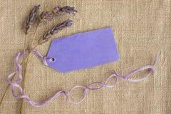 Droge lavendel, het purpere etiket van de giftmarkering. Royalty-vrije Stock Foto's