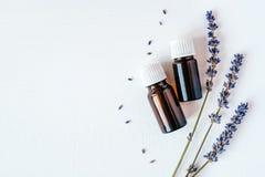 Droge lavendel met een fles etherische olie royalty-vrije stock afbeeldingen