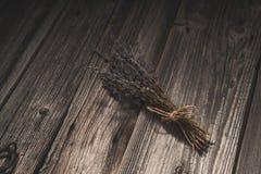 Droge lavendel op oude houten achtergrond Royalty-vrije Stock Afbeeldingen