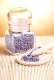 Droge lavendelbloemblaadjes op de houten lepel royalty-vrije stock foto's