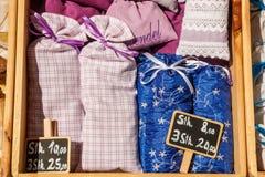 Droge lavendelbloemen in leuke textielsachets Lavendelfragra Royalty-vrije Stock Afbeelding