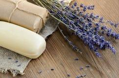 Droge lavendelbloemen met een zeep op een rustieke achtergrond Royalty-vrije Stock Fotografie