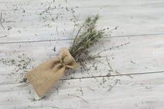 Droge lavendelbos in de kleine zak op de houten lijst Malplaatje voor reclame royalty-vrije stock fotografie