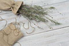Droge lavendelbos in de kleine zak op de houten lijst Malplaatje voor reclame royalty-vrije stock afbeelding