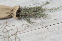 Droge lavendelbos op de kleine zak en rieten plaat op de houten lijst Malplaatje voor reclame stock fotografie