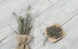 Droge lavendelbos op de kleine zak en rieten plaat op de houten lijst Malplaatje voor reclame stock foto