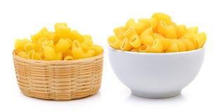 Droge macaroni in de witte kom en de mand stock afbeelding