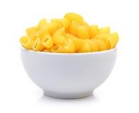 Droge macaroni in de witte kom op witte achtergrond royalty-vrije stock afbeelding