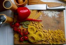 Droge macaroni en groenten Stock Foto