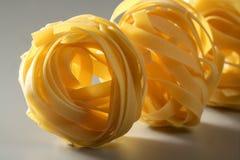 Droge macronoedels gele deegwaren, studioschot Stock Afbeeldingen