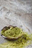 Droge Matcha-thee in een kleine bruine plaat Donkere ceramische achtergrond Royalty-vrije Stock Foto