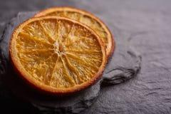 Droge orangesTwoplakken van droge citrusvrucht stock foto