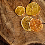 Droge oranje plak op houten achtergrond stock foto