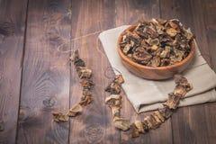 Droge paddestoelen in houten kom royalty-vrije stock fotografie