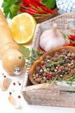 Droge peper in een kom, een thyme, een knoflook en een Spaanse peper op houten dienblad Royalty-vrije Stock Foto