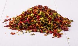 Droge peper en zaden op een witte houten plaats Stock Foto