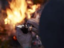 Droge rendiervlees en kampbrand Stock Foto's