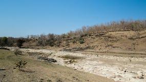 Droge rivier, tekens van het Globale Verwarmen en Benutting van natuurlijke rijkdommen door mensen Royalty-vrije Stock Foto's