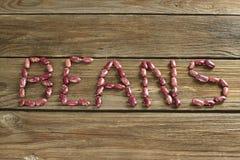 Droge rode nierbonen op houten achtergrond stock afbeeldingen