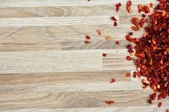 Droge roodgloeiende koele vlokken op lichte houten achtergrond, hoogste mening, close-up, macro, ondiepe diepte van gebied stock afbeeldingen