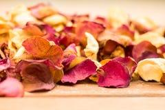 Droge Rose Petals Spread op een Houten Oppervlakte Royalty-vrije Stock Foto's