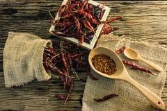 Droge Spaanse peperpeper en Spaanse peper op de oude houten lijst Stock Foto