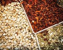 Droge Spaanse peperspeper met pistaches op de marktplaats Stock Afbeelding