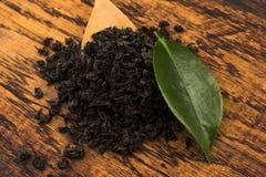 Droge thee en groene bladeren stock afbeeldingen