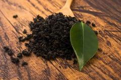 Droge thee en groene bladeren royalty-vrije stock afbeeldingen