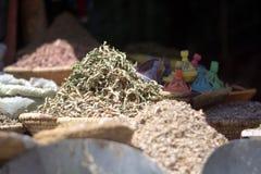 Droge theebladen in Arabische markten stock foto